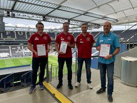 Drei neue Vereinsberater für Hessens Fußball: Andreas Kattenberg, Christian Marx, und Ullrich Trumpfheller (v.l.) wurden von Sven Gleißner aus dem Verbandsausschuss für Qualifizierung feierlich geehrt. [Foto: HFV]