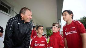 Verabschiedung: Weltmeister Guido Buchwald (links) hielt am Ende mit Berat, Oskar und Carlos noch ein Schwätzchen. Die drei Jungs hatten jede Menge Spaß beim Fußballcamp in Espenau.