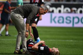 Cheftrainer Adi Hütter sorgt sich kurz um den kurz vor Schluss angeschlagenen Martin Hinteregger, doch der Innenverteidiger ist gleich wieder auf den Beinen. [Foto: Eintracht Frankfurt]