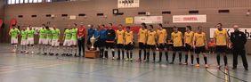Die Finalteams aus Wenings und Gedern, die Schiedsrichter des Turniers und die begehrte Trophäe. Foto:hfv