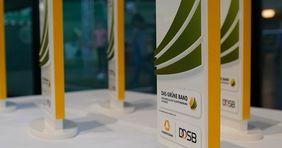 Zu einem Pokal erhalten die Gewinnervereine einen Scheck über 5.000 Euro. [Foto: Markus Goetzke/DOSB]