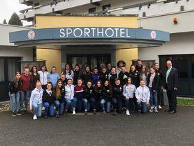 Das Team der deutschen U16-Juniorinnen vor dem Sporthotel Grünberg. Foto: Sporthotel Grünberg