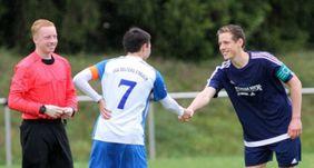 Simon Henninger (li.) als Schiedsrichter bei einem Jugendspiel. Foto: Fupa.net