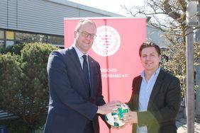 HFV-Präsident Stefan Reuß (li.) und Komm-mit-Geschäftsführer Philipp Reinartz freuen sich auf die weitere Zusammenarbeit. Foto: Schonert
