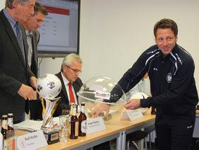 Uwe Bindewald bei der Ziehung der Hauptrunde des Krombacher Hessenpokals, Foto: HFV