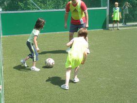 Voller Erfolg = Schüler/innen und Eltern am Ball beim Aktionstag DFB-Minispielfeld