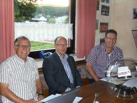 Kreisfussballwart Dietmar Pfeiffer, Ulrich Flügel von der Krombacher Brauerei und der stv. Kreisfussballwart Harald Maienschein.(von rechts)   Foto: Volker Schulteis