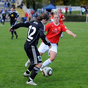 Meike Weber (1. FFC Frankfurt, links) versucht, Jana Blessing (FV Löchgau) den Ball abzuluchsen. Foto: Peter Hartenfelser