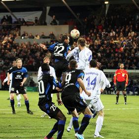 Auf Augenhöhe: Samil Cinaz (FSV Frankfurt(schwarz-blaue Spielkleidung) im Kopfballduell mit Jermaine Jones vom FC Schalke 04. Der Rest lauert auf eine Chance zum Eingreifen. Foto: Peter Hartenfelser