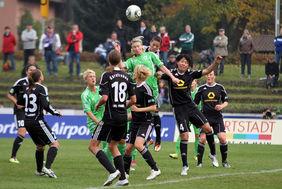 Conny Pohlers (Wolfsburg/grüne Spielkleidung) hat im Kopfball-Duell mit Saki Kumagai (1. FFC Frankfurt) hier die Lufthoheit. Am Ende schlugen sich die Niedersächsinnen selbst und bescherten den Frankfurterinnen den Einzug ins Viertelfinale des DFB-Pokals. Foto: Peter Hartenfelser