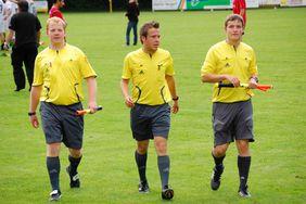 Der Aufsteiger mit seinen Assistenten: Timo Wlodarczak (Mitte) wird bei seinen Einsätzen an der Linie oft von Sebastian Knoth (links) und Andreas Börner (rechts) unterstützt.