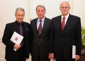 HFV-Präsident Rolf Hocke (Mitte) gratulierte Willi Heyde (links) und Heinrich Pfeil (rechts) als einer der Ersten. Foto: Hermann Hebel/nh