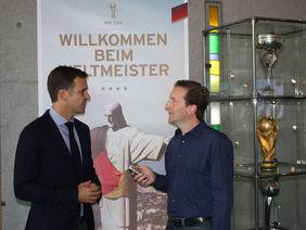 Oliver Bierhoff im Gespräch mit HFV-Öffentlichkeitsreferent Matthias Gast. Foto: Weingärtner