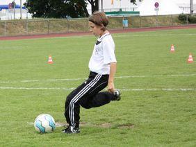 Die 11-jährige Aida Ziemer (Usinger TSG) legte beim Hessentag erfolgreich das DFB & McDonald's Fußballabzeichen in Gold ab. Foto: Stephanie Nöthen