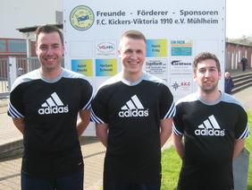 Vor dem Spiel KV Mühlheim gegen SV Geinsheim: Yannick Stöhr (Mitte) mit seinen Assistenten Manuel Tauber (l.) und Tobias Schindler (r.)