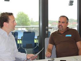 FSV-Geschäftsführer Clemens Krüger (re.) im HESSEN-FUSSBALL-Redaktionsgespräch mit HFV-Öffentlichkeitsreferent Matthias Gast. Foto: Timmas