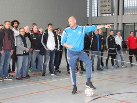 DFB-U-Mannschaften-Torwarttrainer Toma Trocha erläuterte im praktischen Teil zahlreiche Details zum Stellungsspiel. Foto: Michael Schäfer