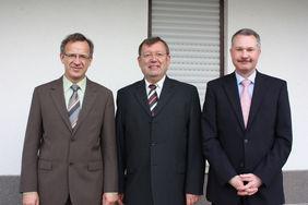 Gerd Schugard aus Dipperz ((Mitte) zusammen mit Bürgermeister Klaus-Dieter Vogler (links) und HFV-Vizepräsident Torsten Becker nach der Überreichung des Ehrenbriefes des Landes Hessen. Foto: privat