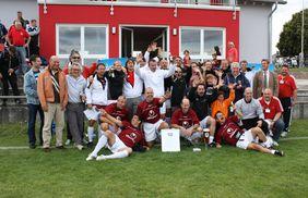 Die Freude war groß. Mannschaft, Betreuerstab und Anhänger von Hoechst Classique feiern den Ü40 Hessencup-Sieg.