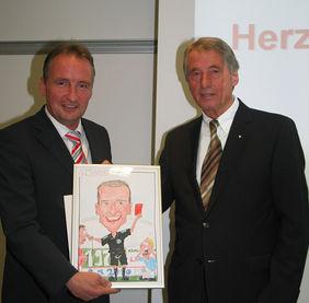 Eine sinnfällige Karikatur für Lutz Wagner (links), überreicht von HFV-Präsident Rolf Hocke. Dieser mochte nicht von Abschied sprechen, sondern von Dank und Anerkennung. Wohl wissend, dass Wagner mit Leib und Seele Hesse ist. Der geht nie richtig weg. Foto: Anne Lange