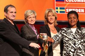 Der Cup, den alle wollen (oben). Die Trainer/innen der Mannschaften aus Gruppe A haben schon ´mal den Daumen drauf (von links): Bini (Frankreich), Silvia Neid (Deutschland), Morace (Kanada) und Uche (Nigeria). Foto: Peter Hartenfelser