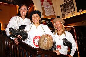 Drei Weltmeisterinnen im Nostalgie-Look: Renate Lingor, Sandra Smisek und Svenja Huth (U 20) haben Original-Trikots aus alten Zeiten übergestreift und sich museale Fußballschlappen sowie einen Ball von anno dazumal geholt. Der Adler auf den Leibchen ist übrigens nicht der von Eintracht Frankfurt, sondern das Wappentier der Stadt Frankfurt.. lg/Foto: Peter Hartenfelser